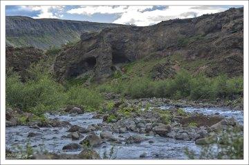 Лавовая пещера Þvottahellir, или «Вымытая пещера» («Washing cave»).