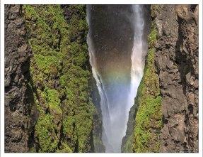 Случайная радуга в водопаде.