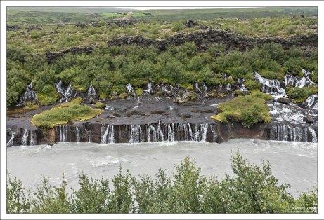 Хрёйнфоссар (исл. Hraunfossar) — серия небольших водопадов протяжённостью около 900 метров.