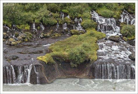 Водопады Хрёйнфоссар, вытекающие из лавового поля.