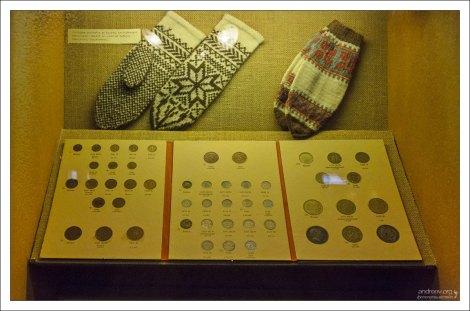 Варежки с классическим рисунком и старые монеты.