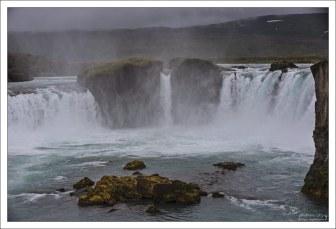 Название Goðafoss означает либо водопад Бога, либо водопад «годи», то есть «священника или вождя».