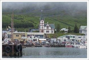 Лютеранская церковь Хусавика на берегу бухты.