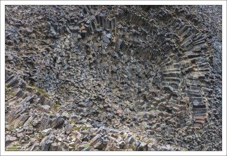 Поверхность её весьма необычна и состоит из странных узоров – завихрений, спиралей, розеток и даже псевдо-пчелиных сот.