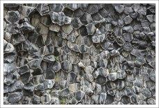 Базальт – широко распространённая вулканическая порода, которая образуется в результате быстрого охлаждения лавы.