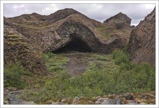 Базальтовая пещера Kirkjan, то есть «Церковь».