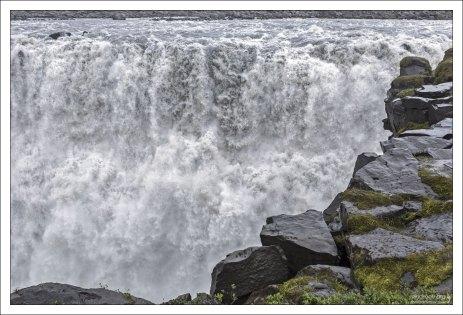 Западный берег водопада самый мокрый. Фотографировать тяжело, камеру постоянно приходится прятать под куртку.