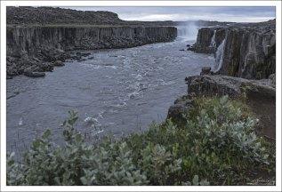 Dettifoss настолько мощный, что водяное облако, которое он образует, можно увидеть на расстоянии нескольких километров.