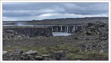 Водопад Сельфосс, расположенный в нескольких сотнях метров выше по течению от Деттифосса.