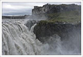 От того, что река длинная, и долго текла по поверхности, она тащила в себе невероятное количество ила.