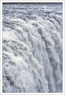Ил придает воде серый, иногда молочно-шоколадный цвет, и фактически подчеркивает мощь водопада из-за игры светотени.