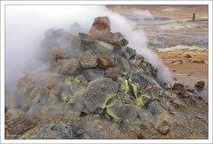 Температура сольфатар достигает 100 — 300°С.