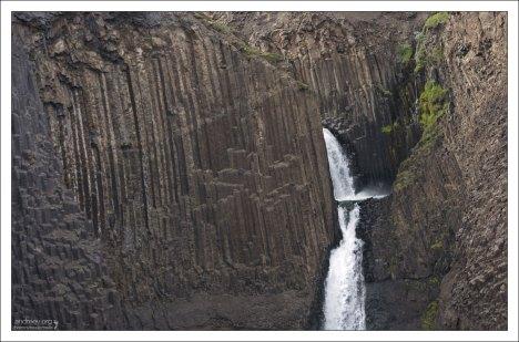 Столбцы вулканического происхождения возле водопада Литланесфосс.