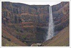 Красно-коричневые пласты глины на стенах каньона, где приютился Хенгифосс.