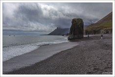 Обычный для Исландии черный вулканический пляж на обочине шоссе #1.
