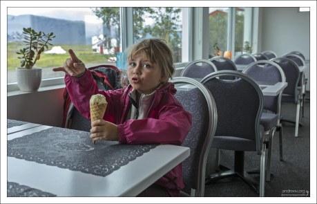 Саша ест мороженое из одуванчиков и показывает как выглядят овцы.