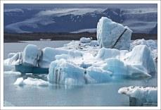 Старые айсберги имеют ярко-синий или даже зеленый цвет. Они состоят из сильно уплотненного льда, который также содержит высокую концентрацию микроорганизмов.