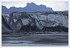 Длина ледника Skaftafellsjökull составляет около 10 км, а ширина - 2 км.