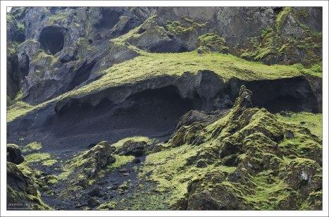 Со стен каньона постоянно скатываются камни.