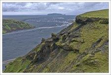 Долина Мирдалссандур, заполненная вулканическим песком. Вдали виднеется гора Hjörleifshöfði, высотой в 221 метр.
