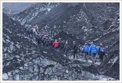 Туристы поднимаются на ледник Solheimajokull.