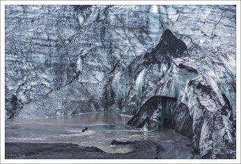Подтаявшее основание ледника Sólheimajökull.