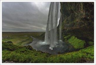 Главная изюминка Сельяландсфосса – глубокий отступ позади, который позволяет свободно передвигаться за водопадом, наблюдая его со всех сторон.