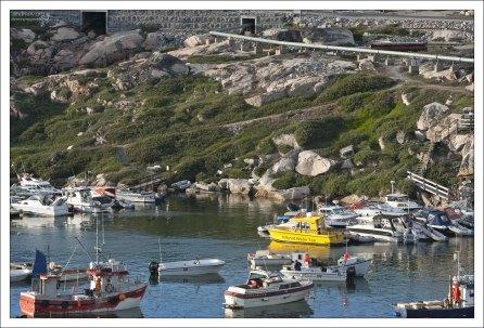 Самые распространенные виды транспорта в Гренландии - воздушный и водный.