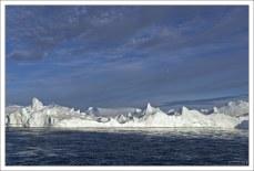 40-километровый фьорд заполнен айсбергами, сползающими с ледника Сермек-Куджаллек.