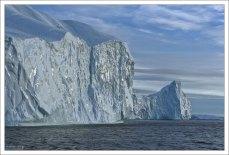 Некоторые куски льда имеют в поперечнике более километра.