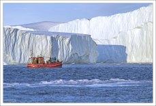 Суда в Гренландии обычно имеют яркую окраску, чтобы их хорошо было заметно на фоне льда.