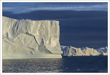 Подтаивающие снизу айсберги постепенно теряют устойчивость и могут внезапно перевернуться.