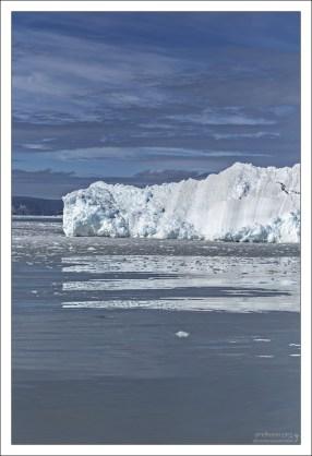 Такие большие айсберги не принадлежат леднику Эки, а заплывают в его владения из соседних фьордов.