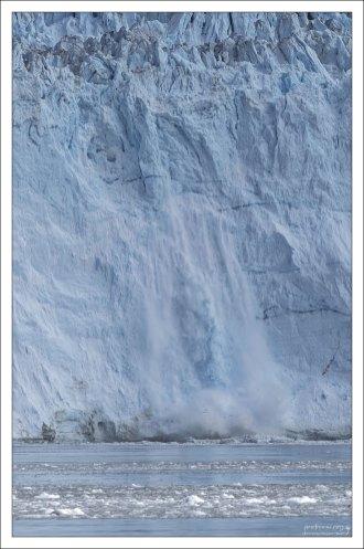 Лед обваливается с резким громовым звуком.