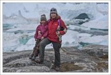Саша с мамой на берегу Илулиссат-Исфьорда.