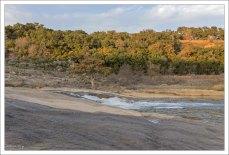 Пороги на реке Pedernales, наклонены примерно на 10 градусов к юго-востоку.