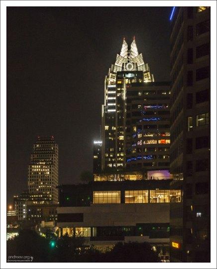 Вид из окна гостиницы на 33-х этажный небоскреб Frost Bank Tower в центре Остина.