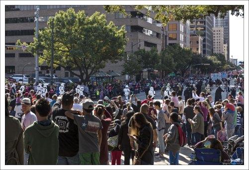 """Имперские штурмовики из """"Звездных войн"""" на параде в центре Остина."""