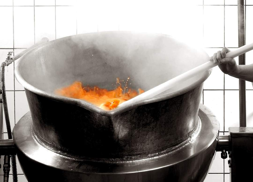 Le fabricant de confitures traditionnelles Andrésy Confitures cuit à la vapeur en chaudron de cuivre à l'ancienne