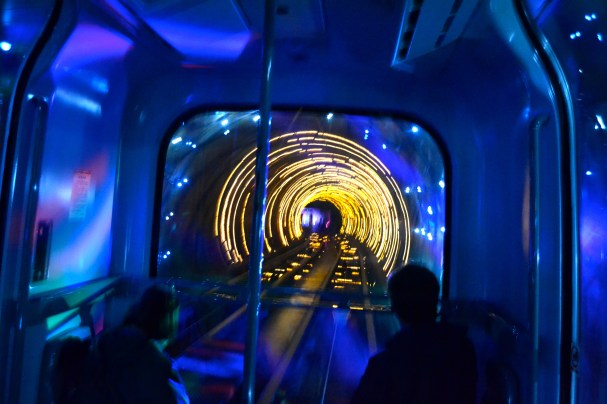 sightseeing-tunnel-ke-pudong-shanghai