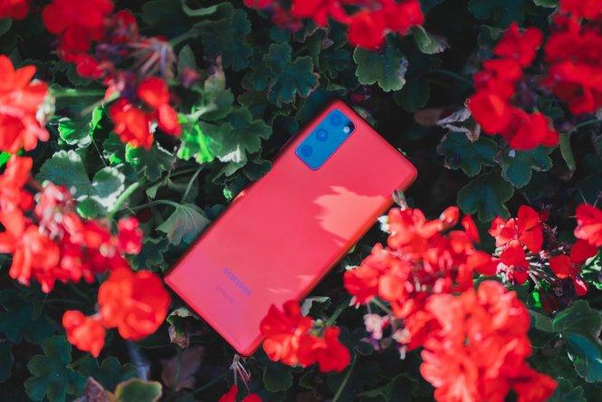 Galaxy S20 FE in Cloud Red