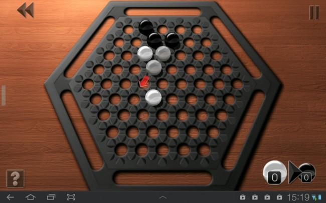 Durch taktisch kluges Verschieben von einer, zwei oder drei Kugeln musst du versuchen, die Kugeln des Gegners vom Spielfeld zu drängen.