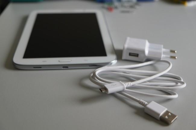 Mit dem Micro-USB-Slot kommt der Hersteller dem Wunsch der Kunden nach. Das mitgelieferte Ladegerät ist von Samsung-Smartphones bekannt.