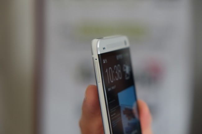 Die Rück- und Vorderseite des HTC One ist aus hochwertigem Alu gefertigt. Einzelne Polycarbonat-Elemente sind hingegen an den Rändern und hinten zu finden.