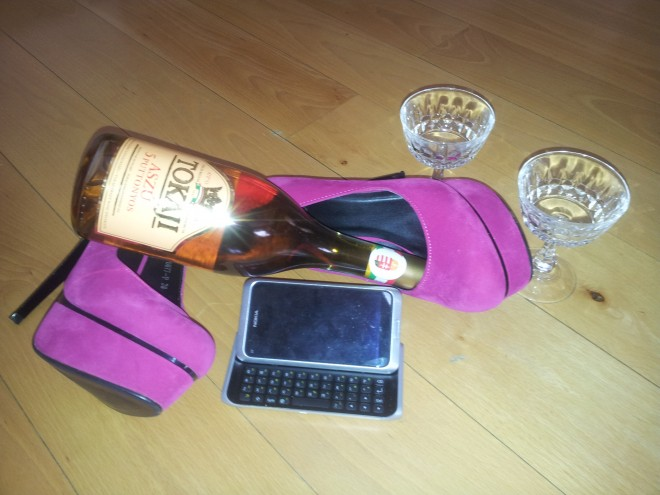 Girly, Dessertwein, Vodka...und Smartphone? Laut Harris Interactive eine gangbare Kombination. (Bildquelle: Tamoggemon Holding k,s,)