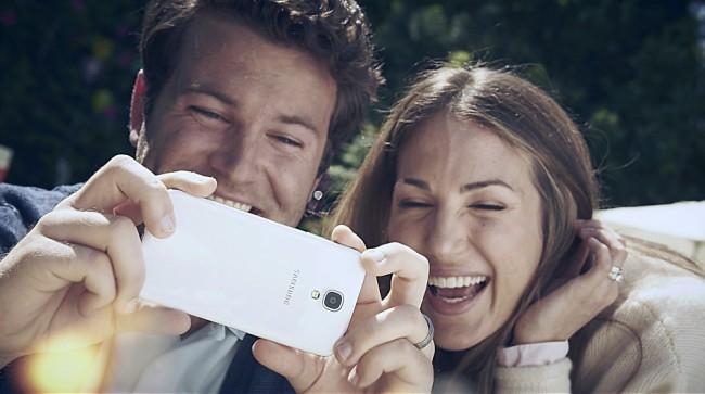 Knapp die Hälfte der jüngeren deutschen Mobilfunkbenutzer können es sich – wie dieses glückliche Paar – vorstellen, komplett auf ihren Festnetzanschluss zu verzichten. Die Voraussetzung dafür ist allerdings eine erschwingliche Flatrate für Gespräche ins Festnetz.