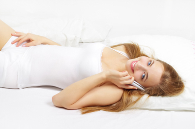 Telefonieren im Bett? Das muss nicht sein (Foto: Anmfoto/iStockphoto.com)