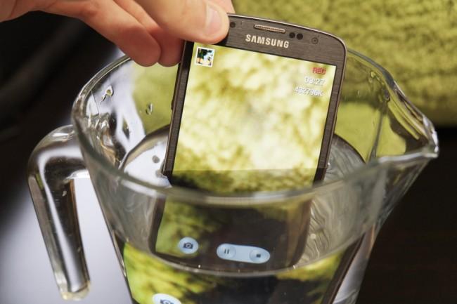 Innovativer Aqua Mode: Unterwasser-Fotos und -Videos lassen sich bis zu einer Tiefe von einem Meter aufzeichnen. Als Auslöser können Sie die Lautstärke-Wippe nutzen.