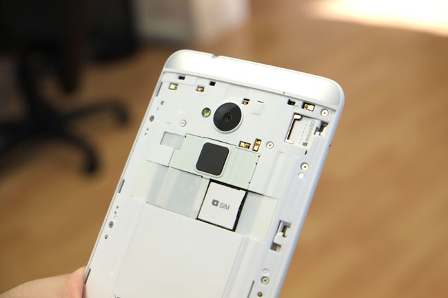 Hinter der abnehmbaren Rückabdeckung verbergen sich SIM- und microSD-Slot.
