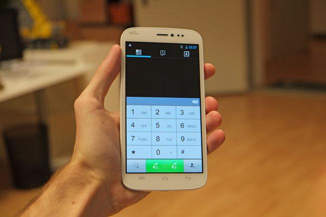 Praktisch: Sie können gespeicherte Nummern mit einer der beiden verwendeten SIM-Karten anrufen, direkt über den jeweiligen Button.